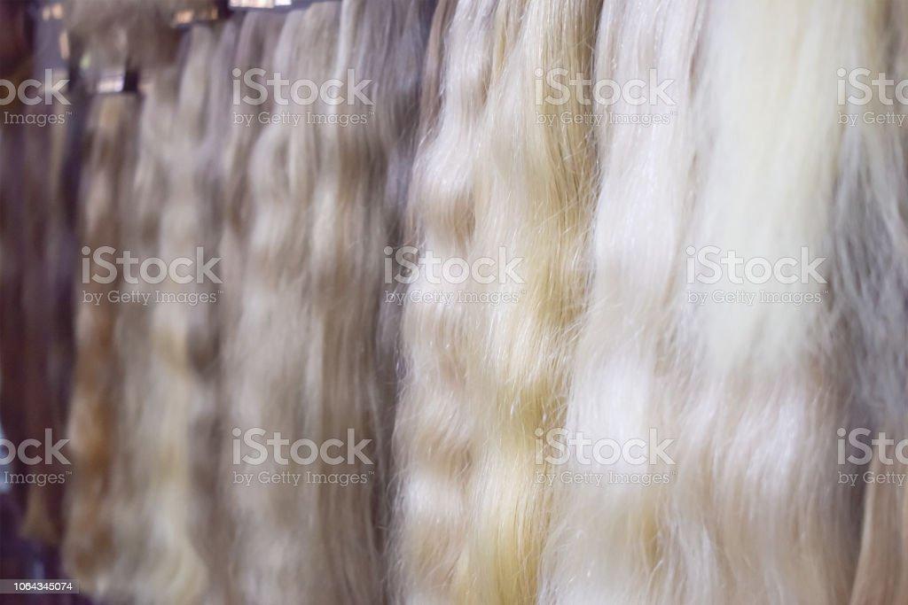 Equipos de extensión de cabello de pelo natural. Muestras de diversos colores del pelo ombre Balayage. Varios colores filamentos, racimos, para procedimiento de extensión de cabello - foto de stock