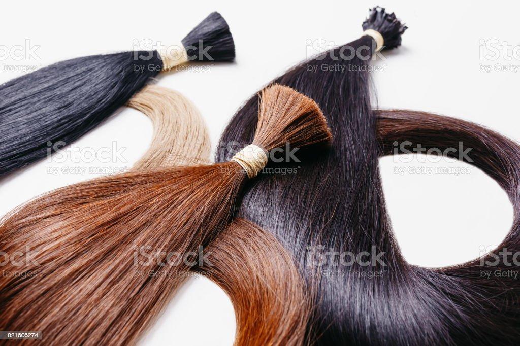 extensões de cabelo de três cores sobre um fundo branco. foco seletivo copyspace - foto de acervo