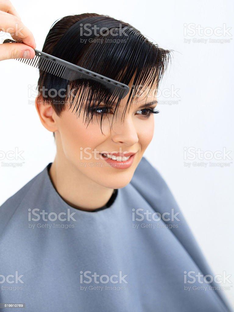 Photo Libre De Droit De Cheveux Salon De Coiffure Fait Coiffure Femme Modele De Beaute Coupe De Cheveux Banque D Images Et Plus D Images Libres De Droit De Adulte Istock