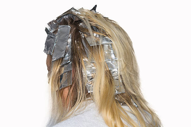 haar highlights in aluminium-folie gewickelt. - folien highlights stock-fotos und bilder