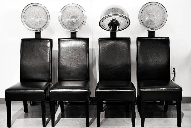 friseur schlag wäschetrockner in folge, schwarz und weiß - sessel retro stock-fotos und bilder