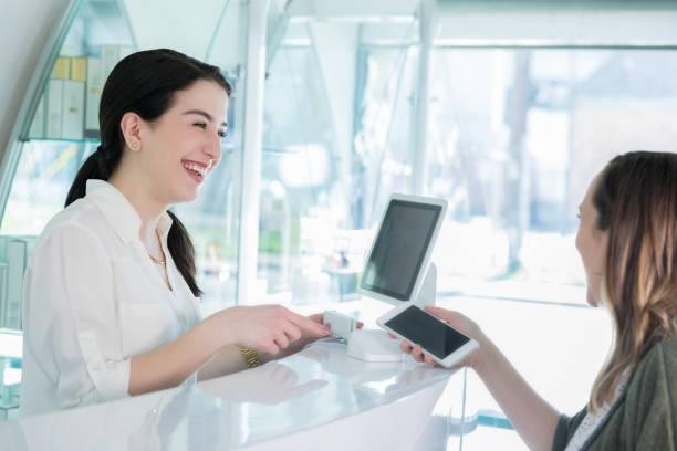 髪サロン顧客サービスに対するお支払い - 美容室 ストックフォトと画像
