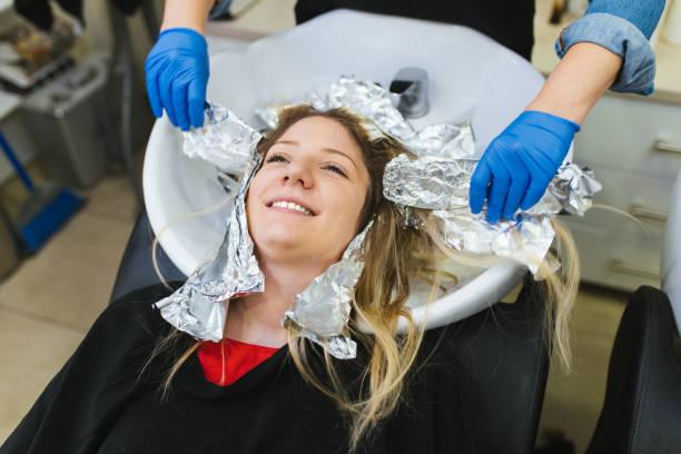 friseur salon - folien highlights stock-fotos und bilder