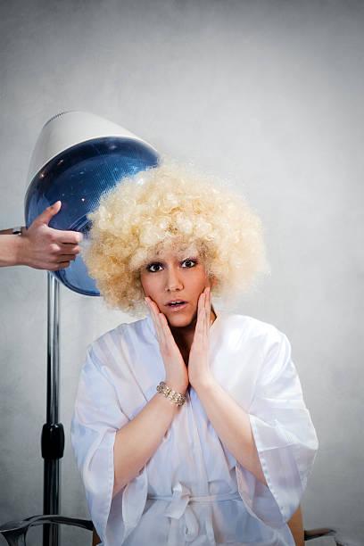 friseur salon - dauerwelle stock-fotos und bilder