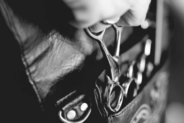 coiffure et outil de coupe ceinture - barbier coiffeur photos et images de collection