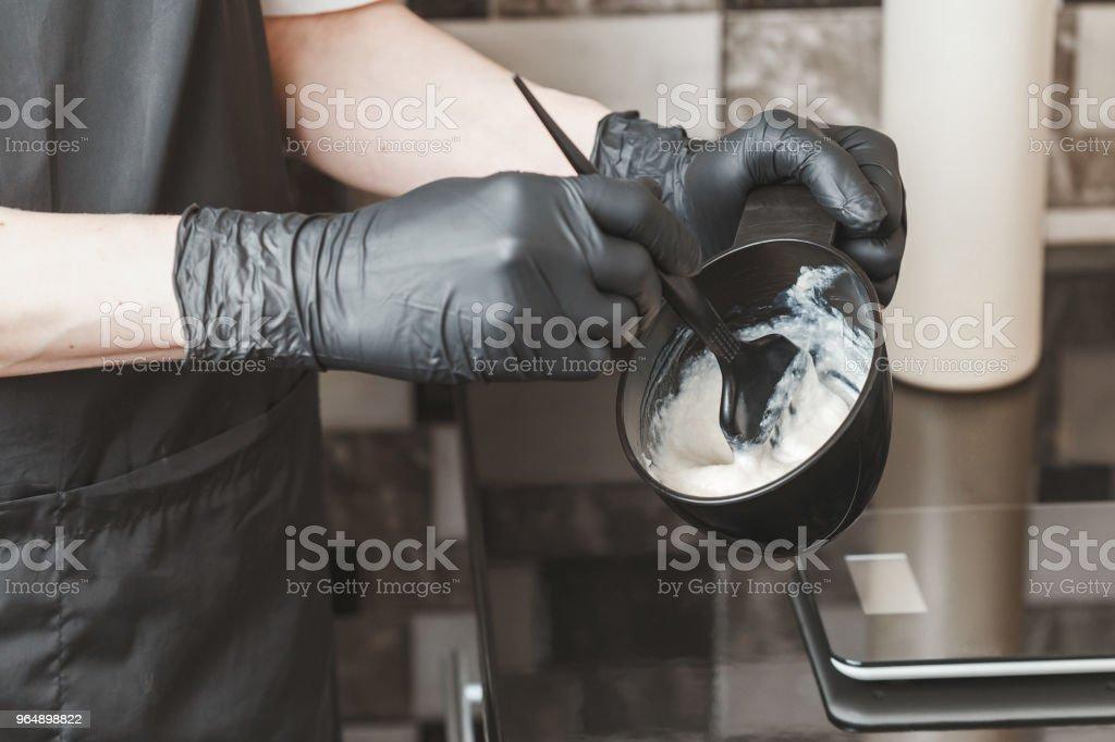 髮型師手在容器裡準備染料 - 免版稅人圖庫照片