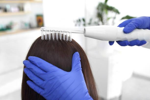 Haarbehandlung. Eine Frau in einem trichologischen Büro. – Foto