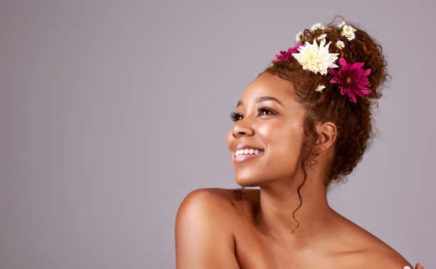 tendances cheveux, dire il fleurit - coiffure africaine photos et images de collection