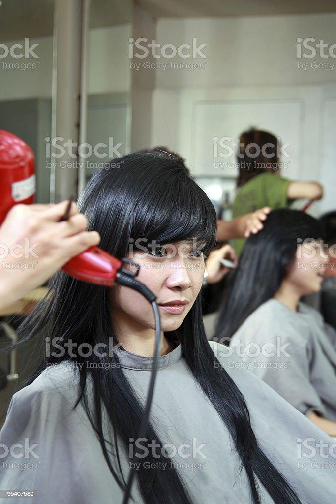 Haarschnitt oder Frisur im salon Lizenzfreies stock-foto