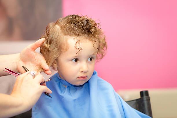 friseur und kleinkinder mit lockigem haar - kurze haare flechten stock-fotos und bilder