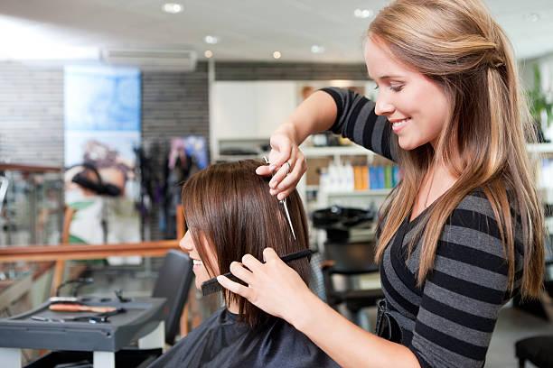 cabeleireiro cortar o cabelo do cliente - salão de beleza - fotografias e filmes do acervo