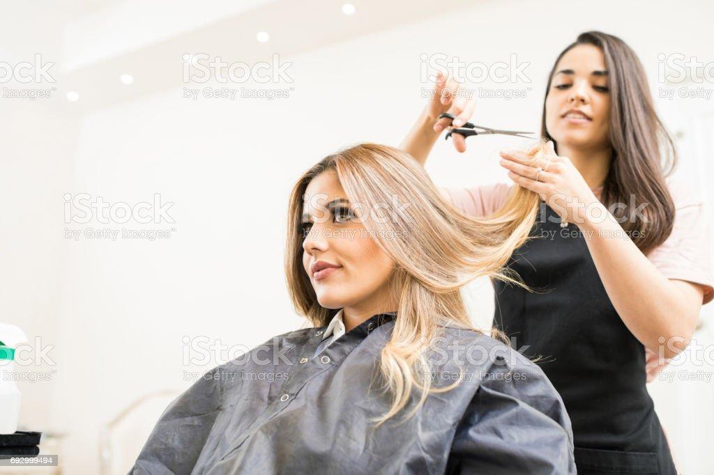 理髮師剪頭髮的一些提示 - 免版稅20多歲圖庫照片