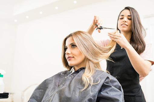 理髮師剪頭髮的一些提示 照片檔及更多 20多歲 照片