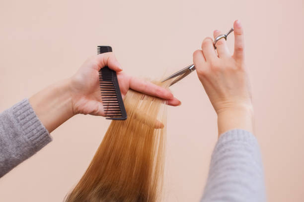 friseur ist einen haarschnitt mit scheren der haare zu einem jungen mädchen - glatze schneiden stock-fotos und bilder