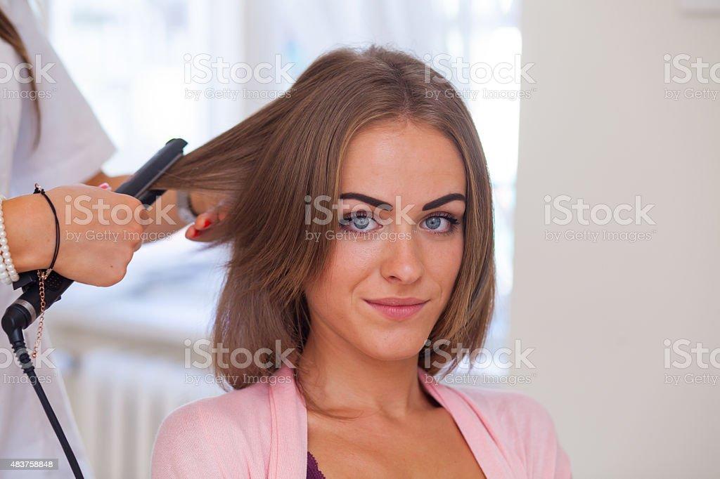 Friseur Tut Haarschnitt Für Frauen Im Friseursalon Stockfoto