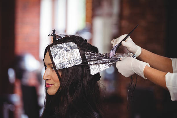Hairdresser dyeing hair of her client – Foto