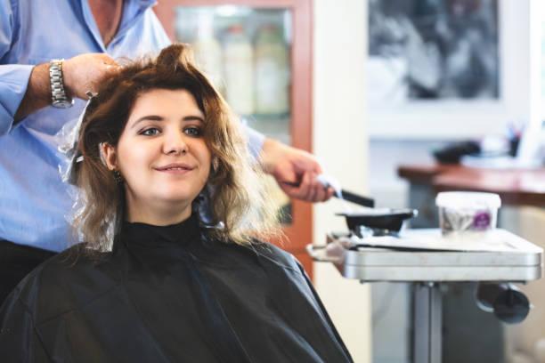 friseur färben von haaren von ihrem kunden - folien highlights stock-fotos und bilder