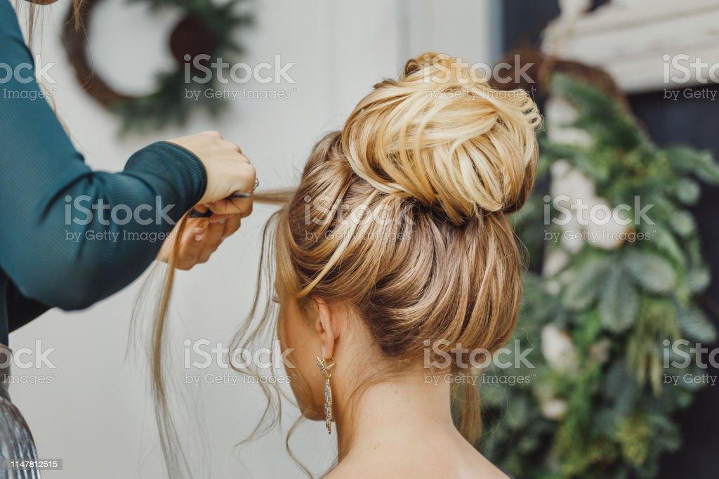 美髮師使複雜而美麗的髮型上的麵包。適合晚上和婚禮風格 - 免版稅亞洲和印度人圖庫照片