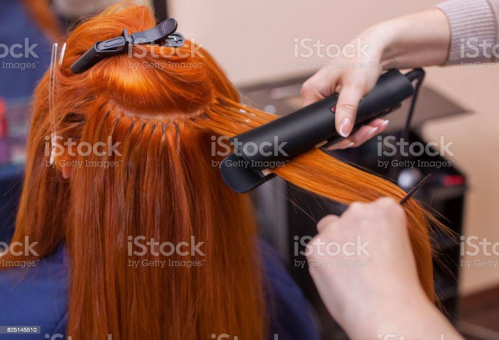 Friseur Macht Frisur Mädchen Mit Langen Roten Haaren In