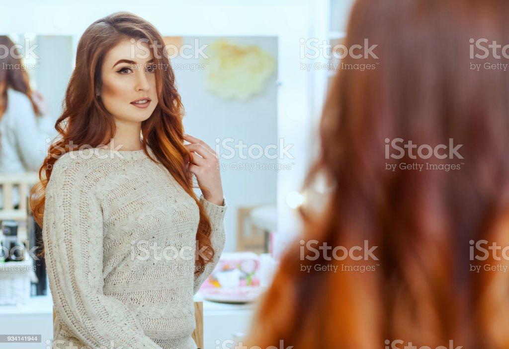Friseur Macht Frisur Madchen Mit Langen Roten Haaren In Einem Schonheitssalon Stockfoto Und Mehr Bilder Von Ausrustung Und Gerate