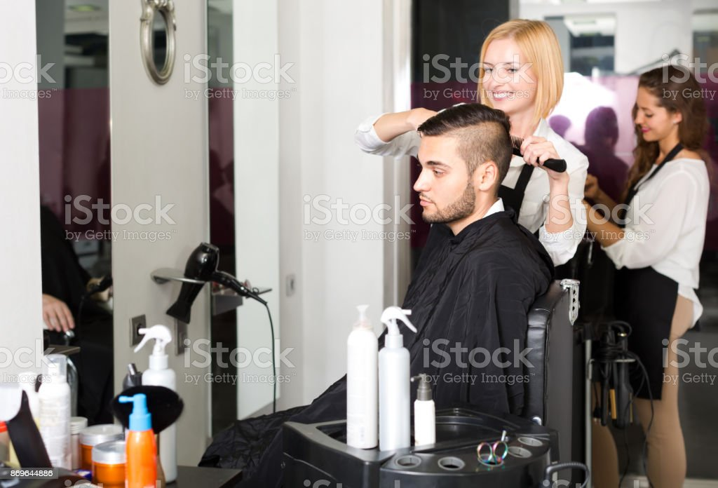 Hairdresser making a man's haircut - foto stock
