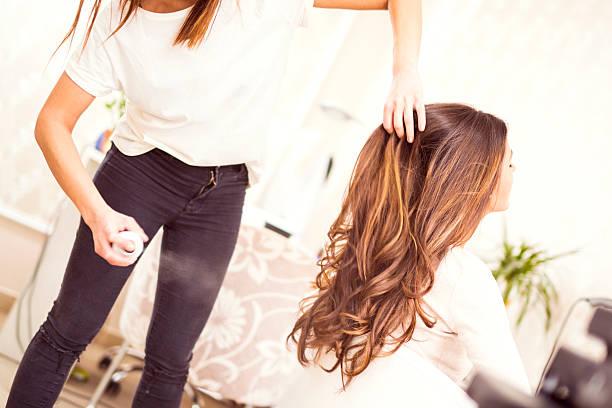 吹きかけるヘアスタイリストがお客様のヘア - 美容院 ストックフォトと画像