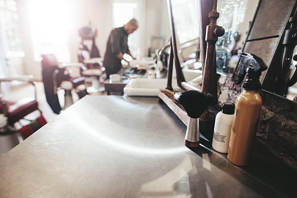 hairdresser tools on counter at barber shop - barbier coiffeur photos et images de collection