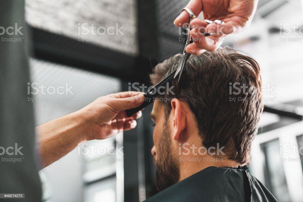 Hairdresser undergoing hairdo at salon – Foto