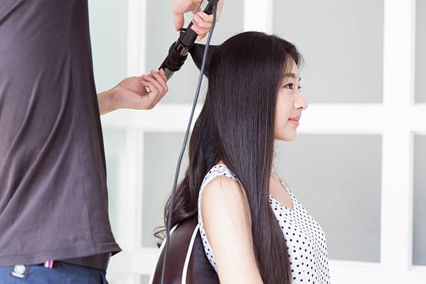 hairdresser use perm rods - 파마 뉴스 사진 이미지