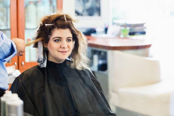 friseur mit haarbürste und haartrockner - folien highlights stock-fotos und bilder