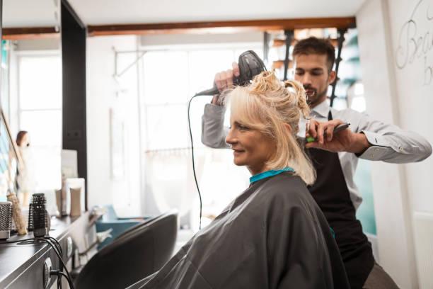 Friseur mit Haartrockner – Foto