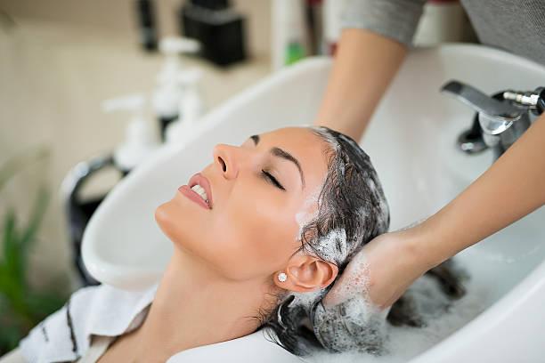 parrucchiere con il cliente - lavarsi i capelli foto e immagini stock