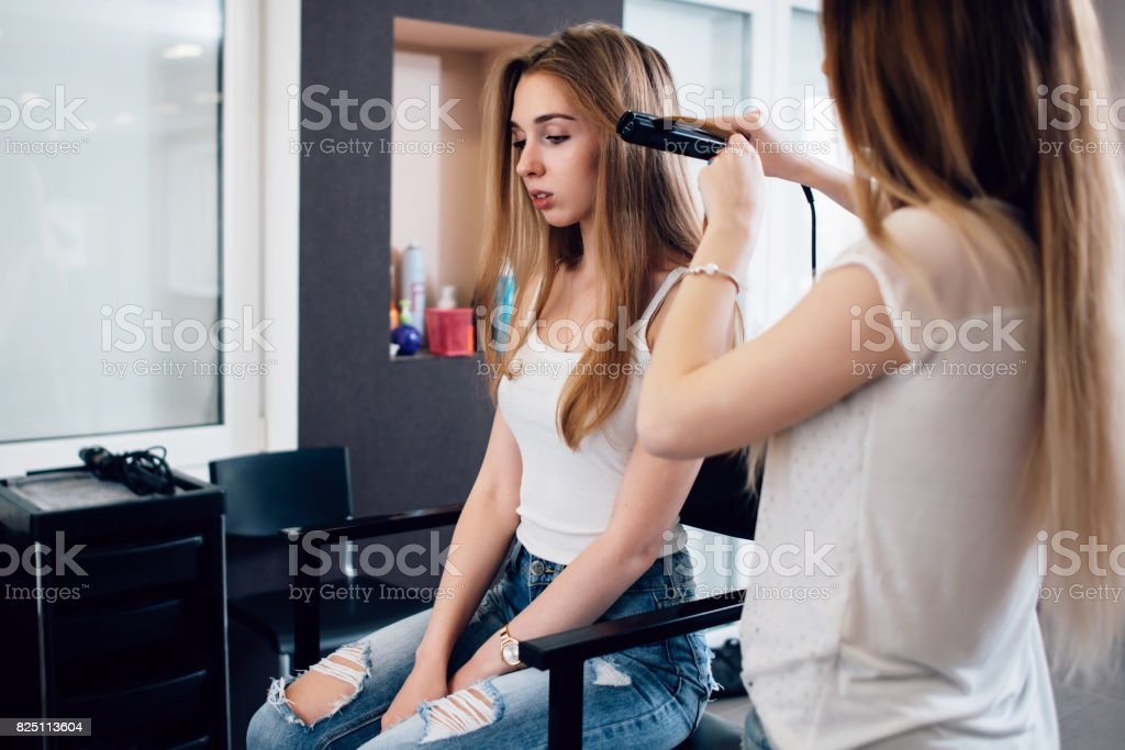 Friseur Arbeit An Junge Madchen S Frisur Curling Ihre Haare Mit