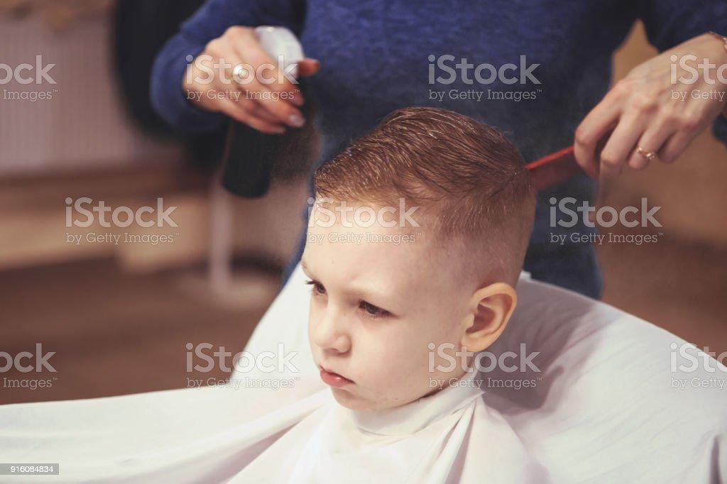 Friseur Hande Kleiner Junge Frisur Zu Hautnah Modische Frisur Fur