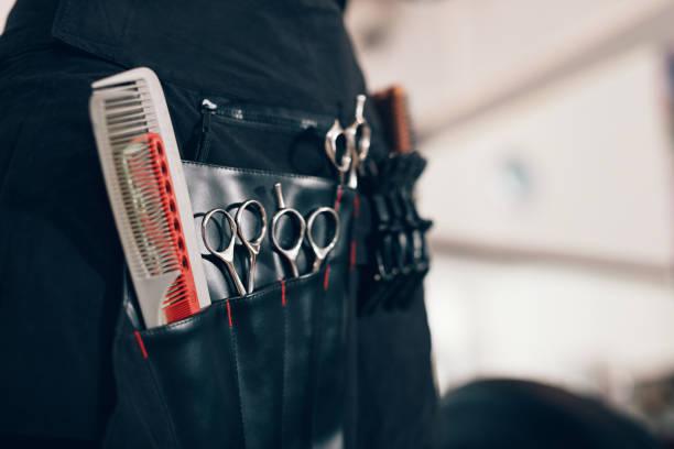 accessoires de coiffure disposés dans des compartiments d'un étui de salon - coiffure africaine photos et images de collection