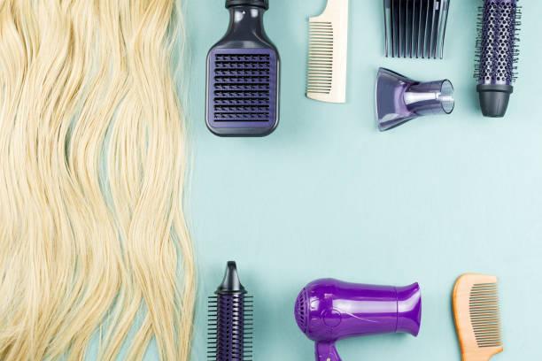 friseur-werkzeuge und haarverlängerungen auf blauem hintergrund aus holz. ansicht von oben - haarverlängerungsstile stock-fotos und bilder