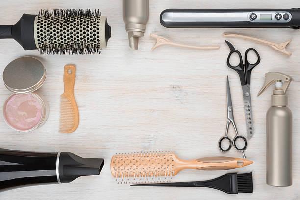 hairdressing herramientas sobre fondo de madera con copyspace en el medio - salón de belleza fotografías e imágenes de stock