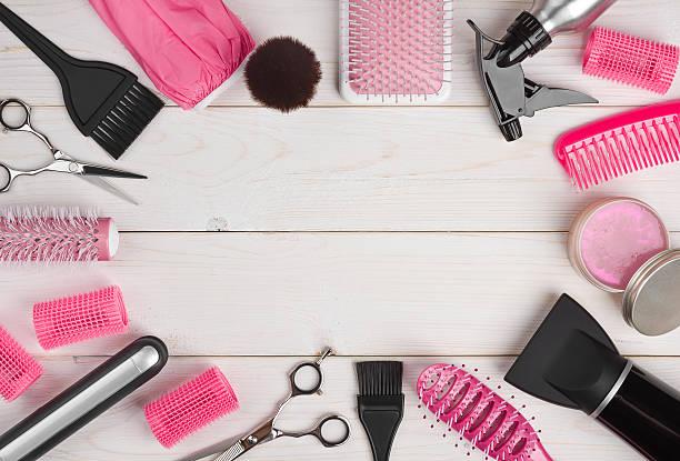 peluquería herramientas de tablas de madera fondo con copyspace en el centro - salón de belleza fotografías e imágenes de stock