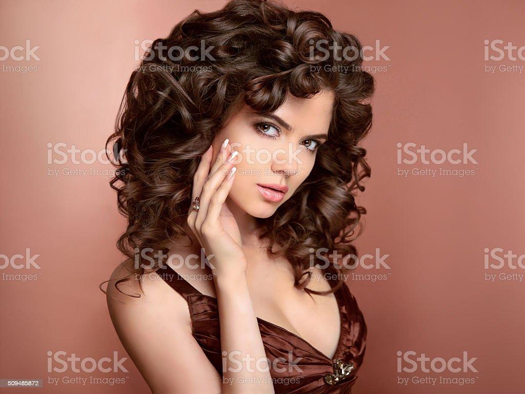 Fryzura Piękna Młoda Kobieta Z Długie Kręcone Włosy Uroda