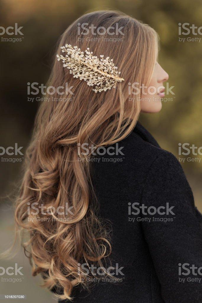 Frisur Lange Haare Lockig Blondine Mit Handgefertigten Gold