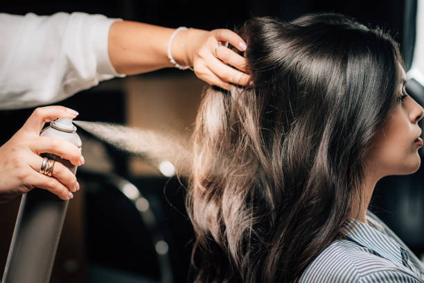 Hairstylist Sprühen Frau Haare – Foto