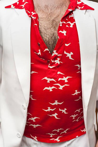 Behaart Brust mit 70er Hemd mit retro-Rot – Foto