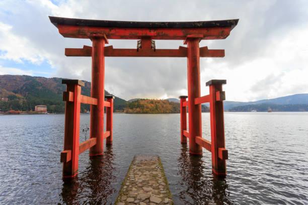 Hakone shrine's gate and lake Ashi Hakone shrine's gate and lake Ashi torii gate stock pictures, royalty-free photos & images