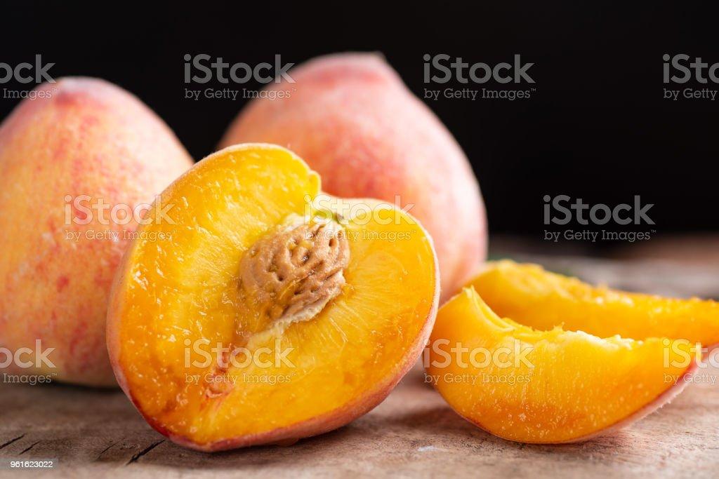 Und in Scheiben schneiden reifer Pfirsich Obst – Foto