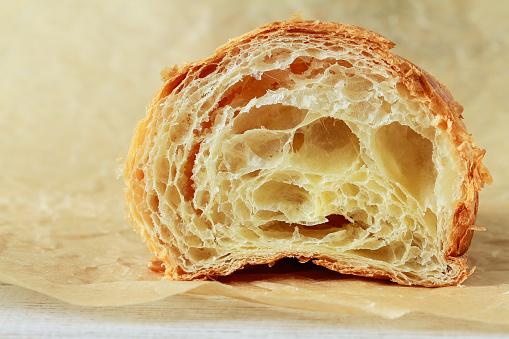 Croissant En Una Sección Media Foto de stock y más banco de imágenes de Al horno