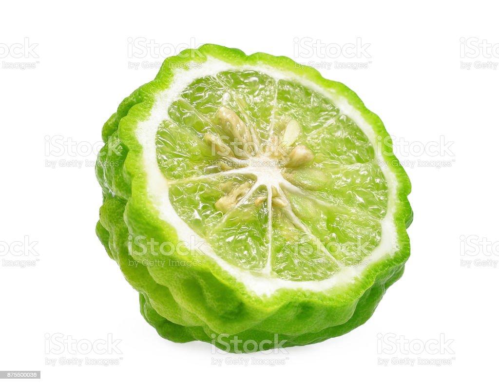 couper la moitié de bergamote isolé sur fond blanc - Photo
