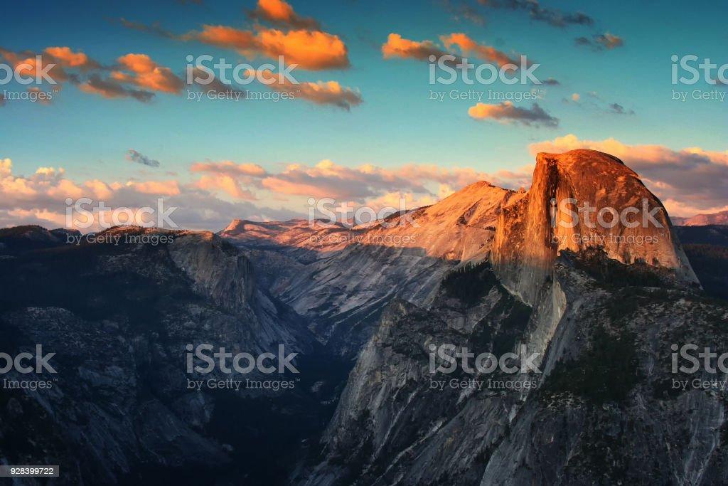 Media cúpula de Yosemite durante puesta del sol - foto de stock