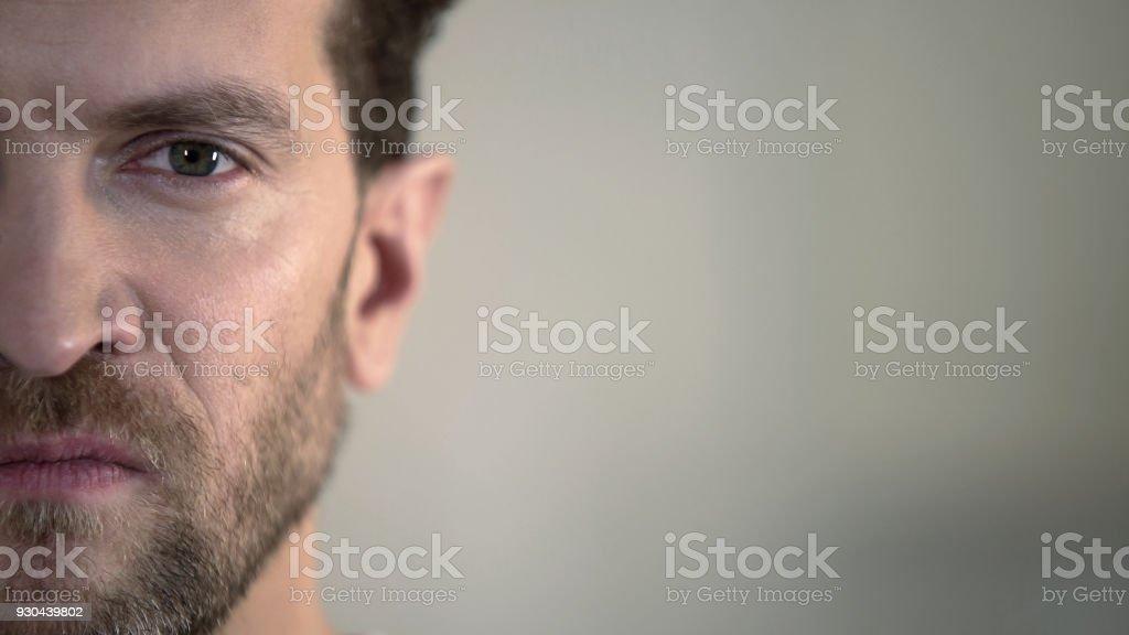 Halbe Gesicht von aggressiven Mann mit Hass in Kamera, inländische Tyrann – Foto