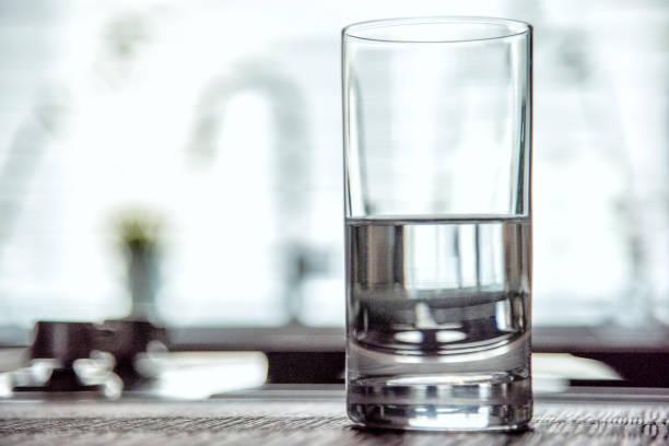 meio copo cheio da água - meio cheio - fotografias e filmes do acervo