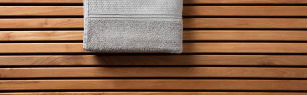 halbe grau handtuch für spa, hammam oder sauna, lange banner - sauna textilien stock-fotos und bilder